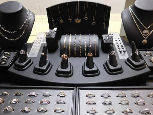 présentation de différents bijoux colliers, boucles d'oreilles, bracelets bijouterie à montréal