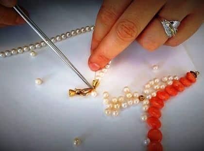 Enfilage collier de perles